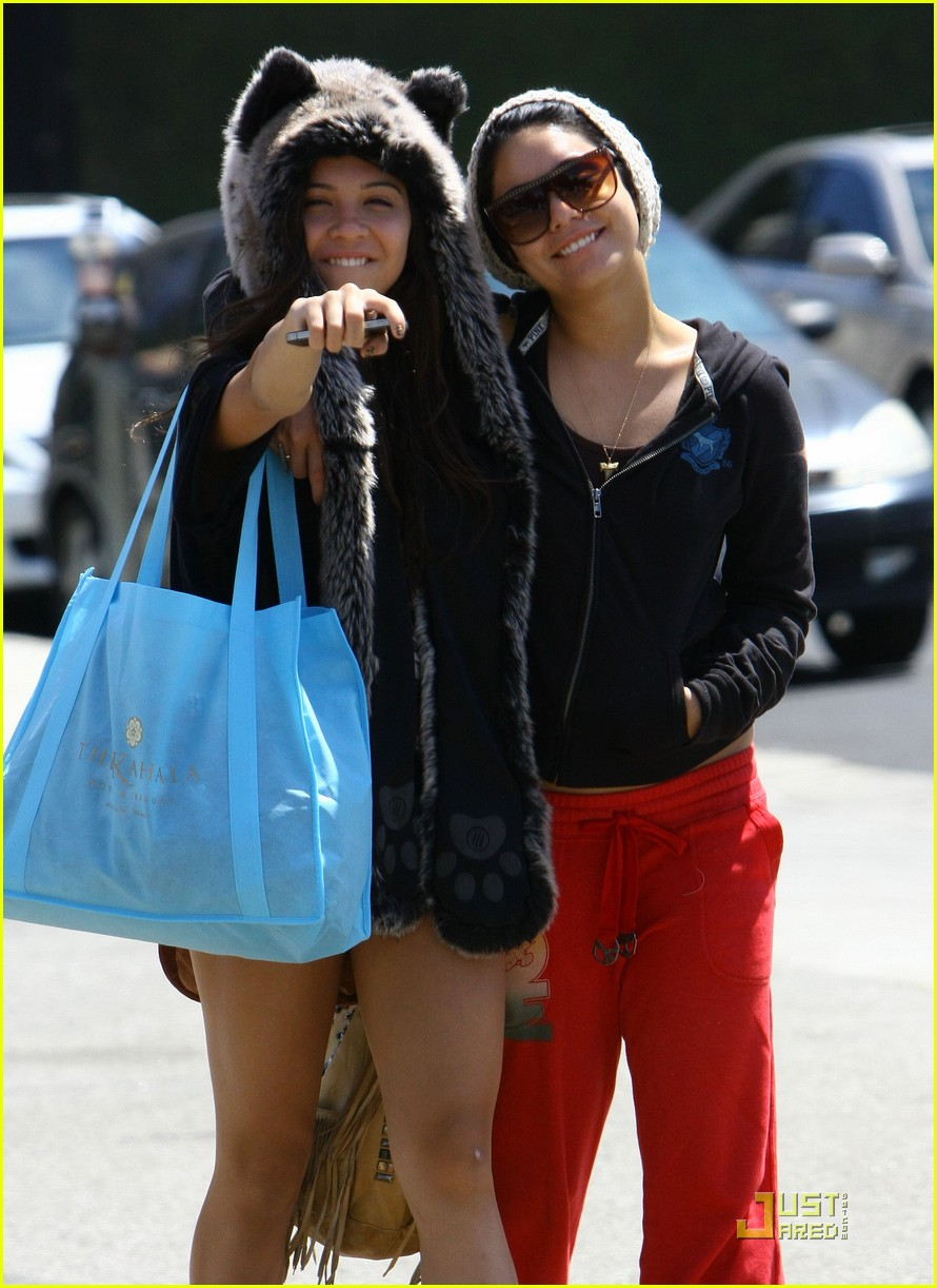 vanessa hudgens jinkys cafe with stella 05