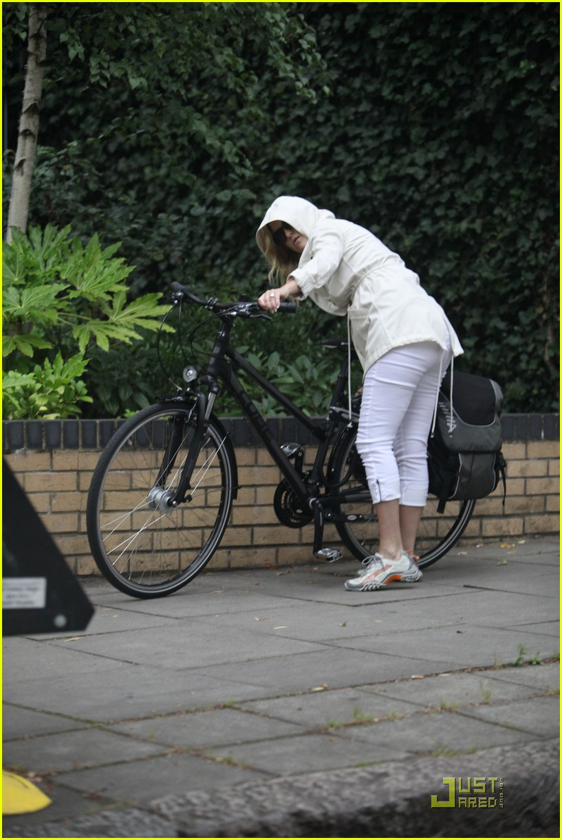 kate hudson biking london 06