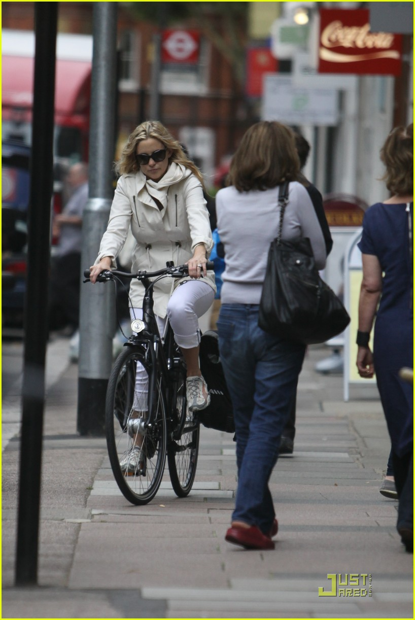 kate hudson biking london 11