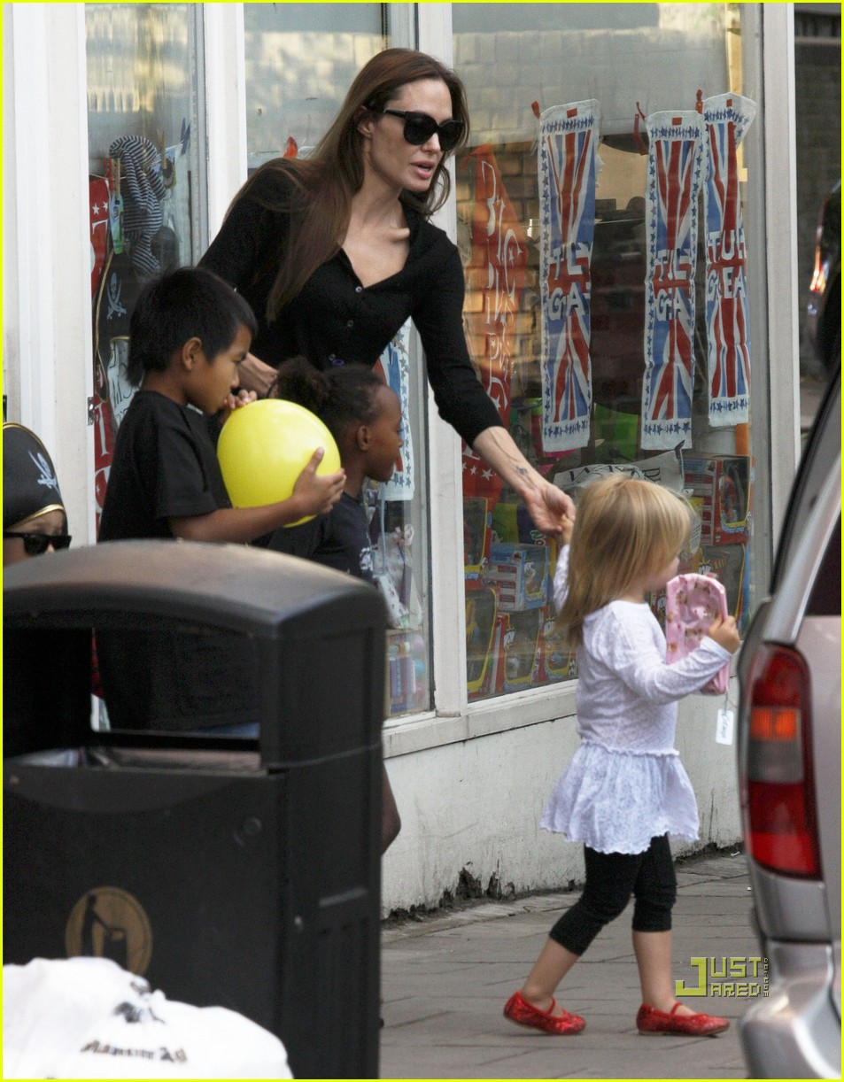 angelina jolie kids pottery cafe 06