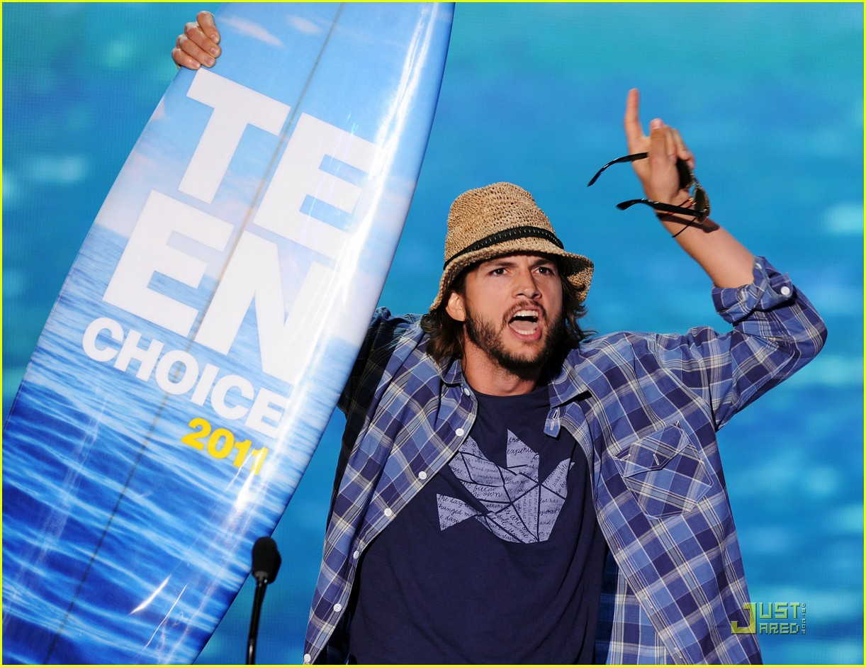 ashton kutcher sings teenage dream at teen choice awards 2011 05