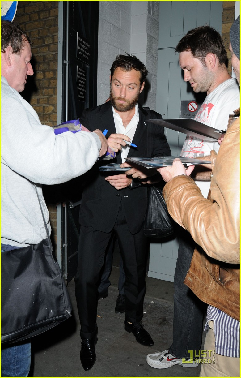 jude law autographs london 04