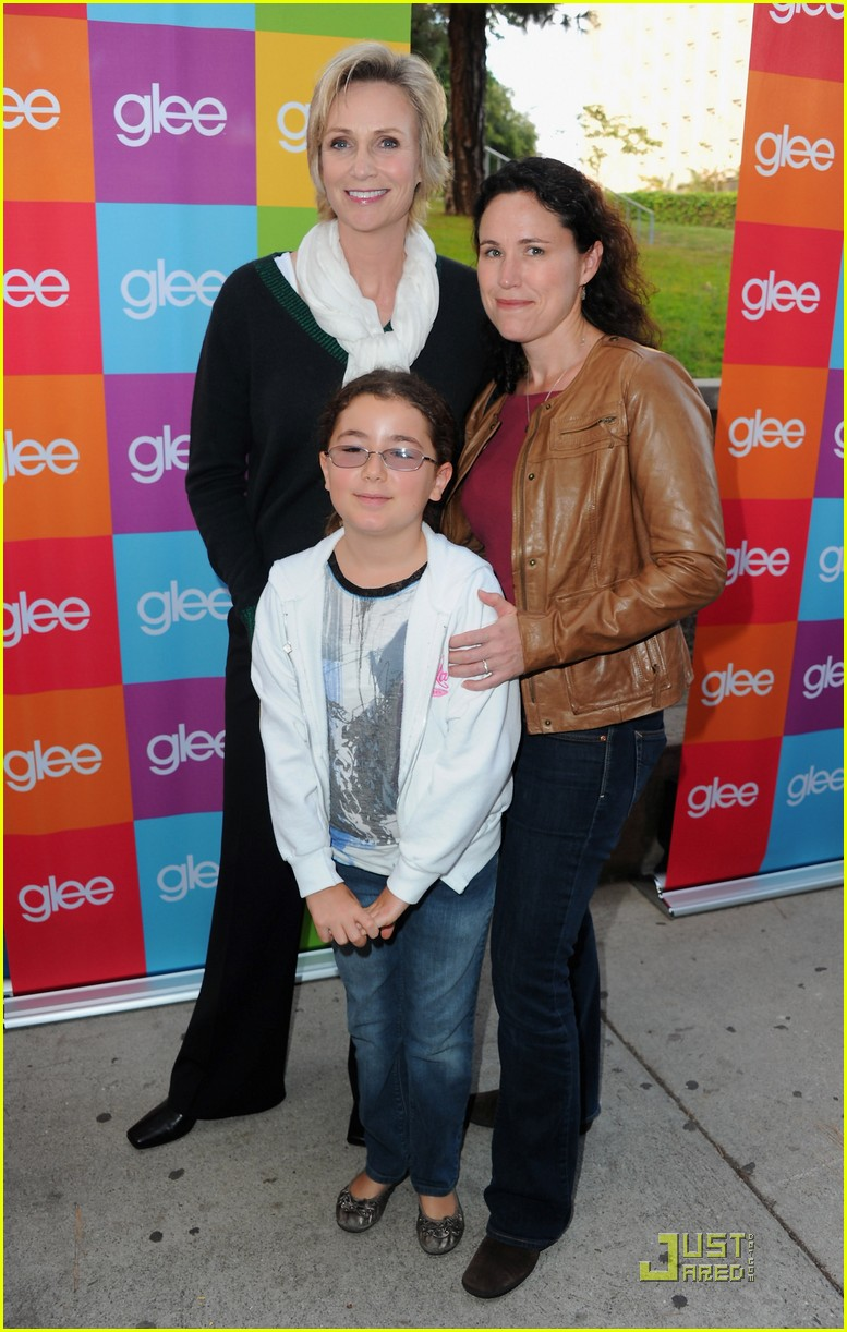 jane lynch do something glee sing along 01