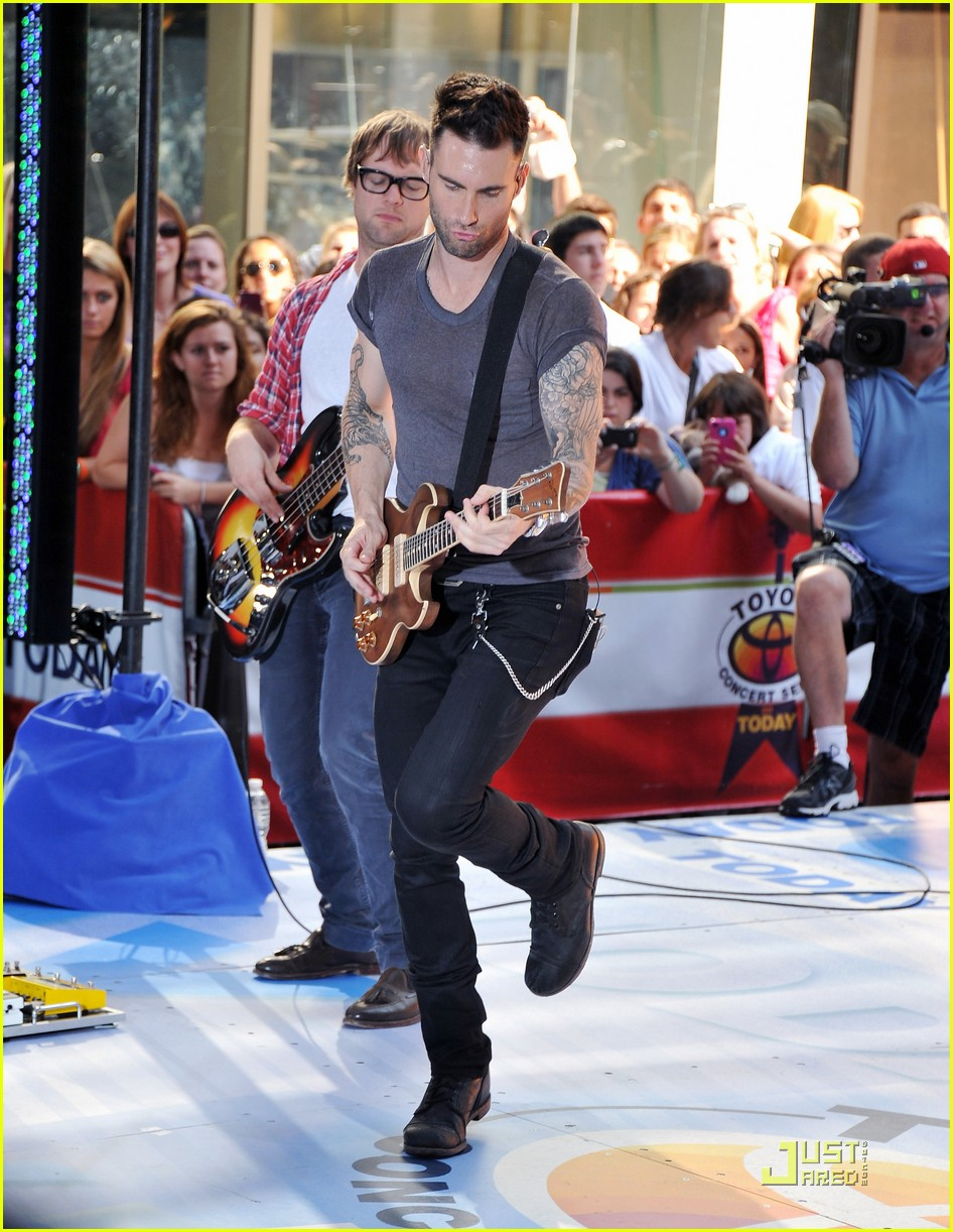 maroon 5 moves like jagger on the today show 01