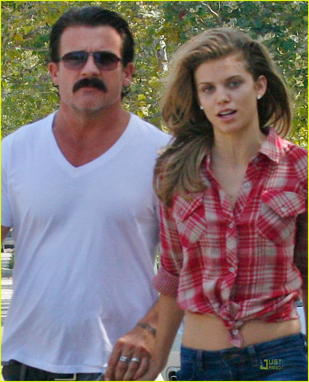 annalynne mccord dominic purcell holding hands in venice 05