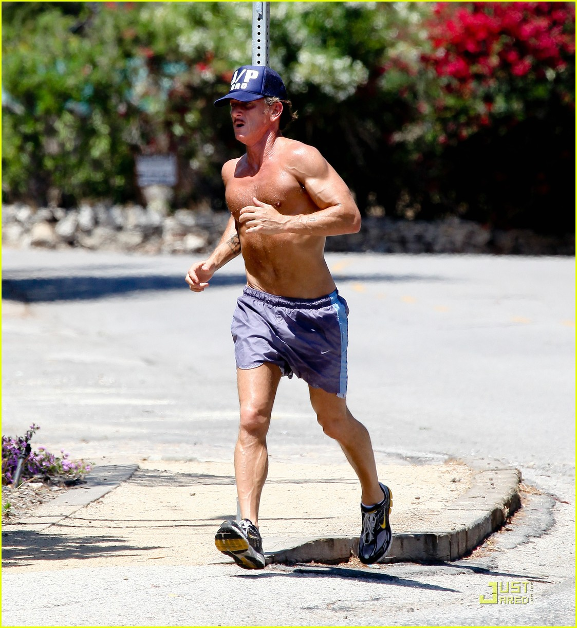 sean penn shirtless jogging with shannon costello 31
