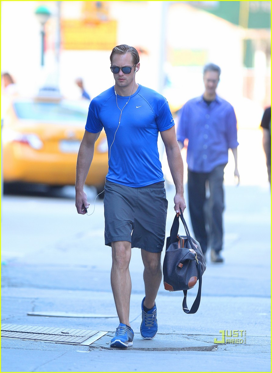 alexander skarsgard gym blue shirt 01