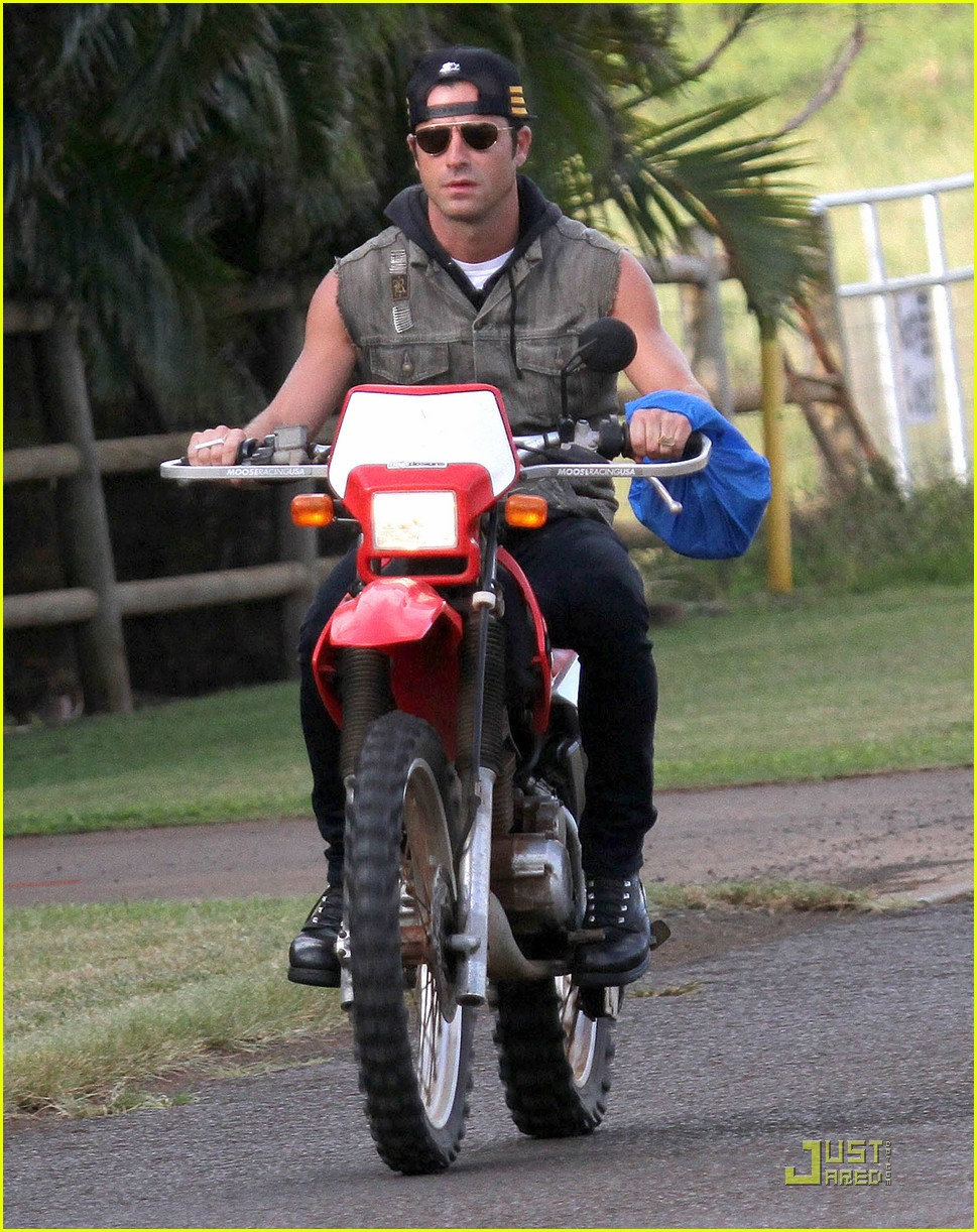 justin theroux rides without a helmet 02