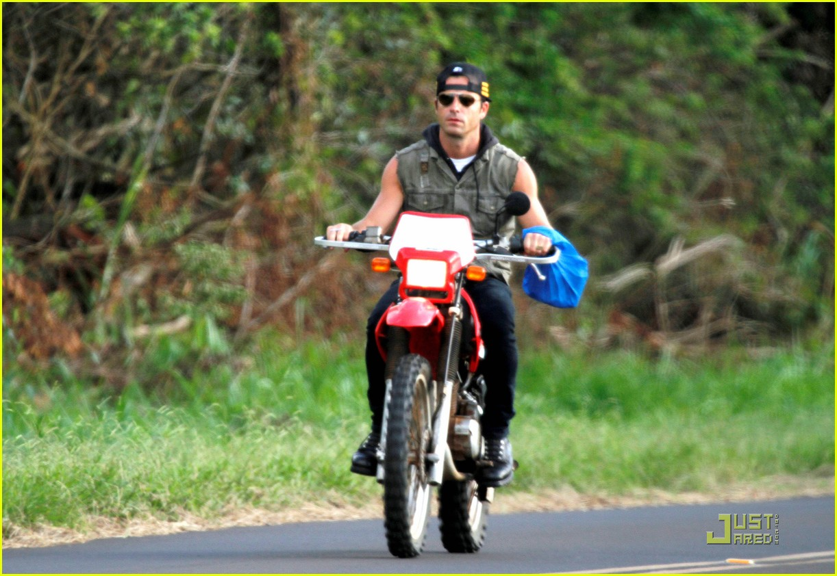 justin theroux rides without a helmet 03