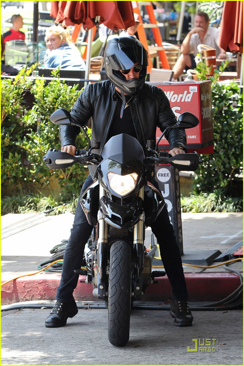 justin theroux motorcycle man 01