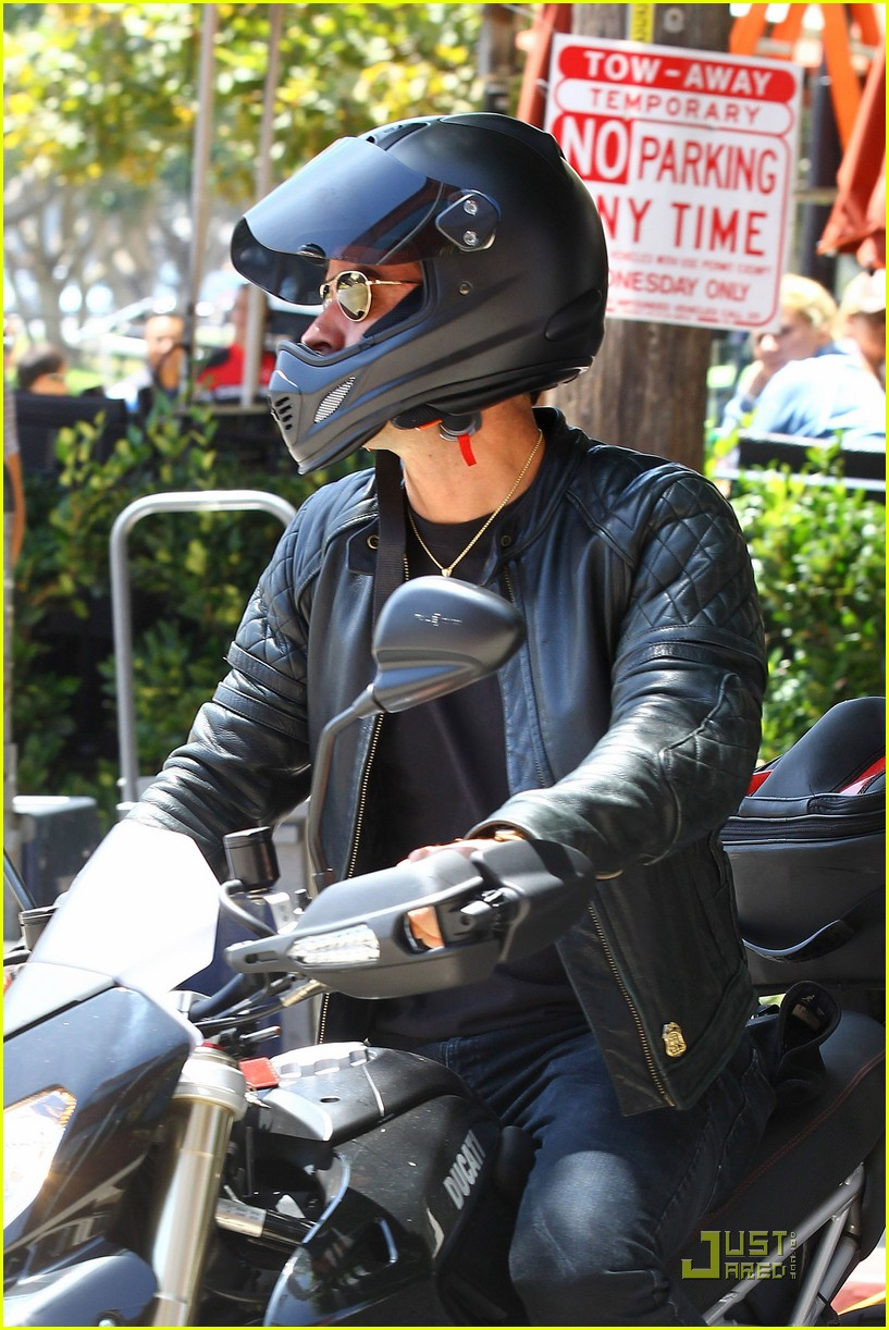 justin theroux motorcycle man 09
