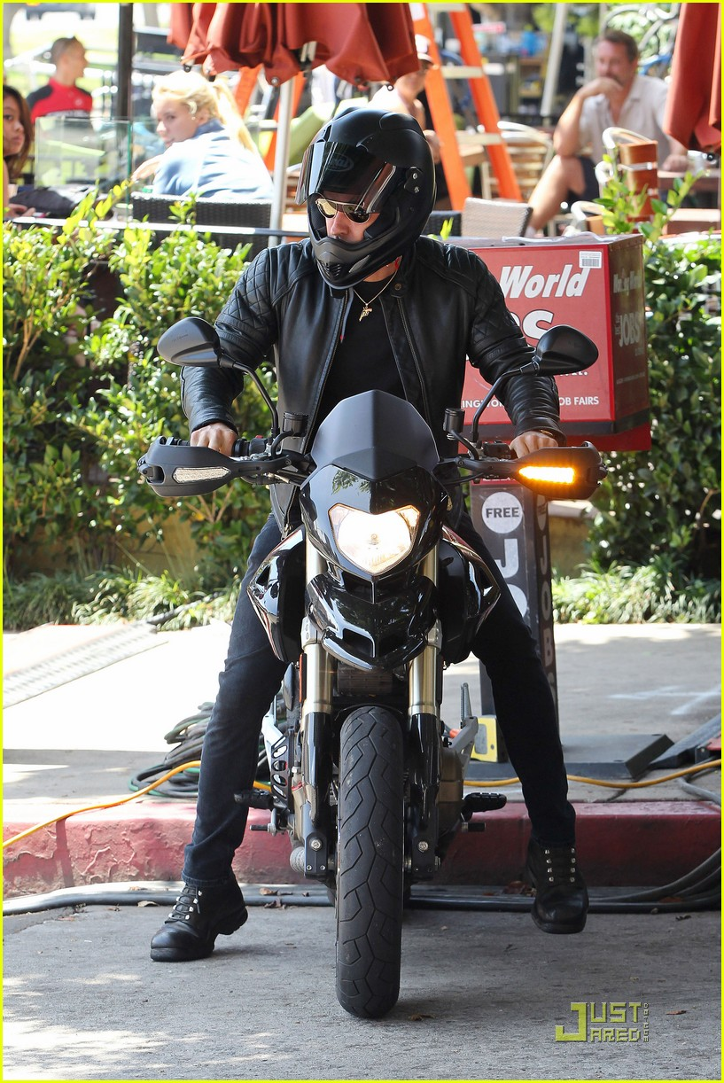 justin theroux motorcycle man 10