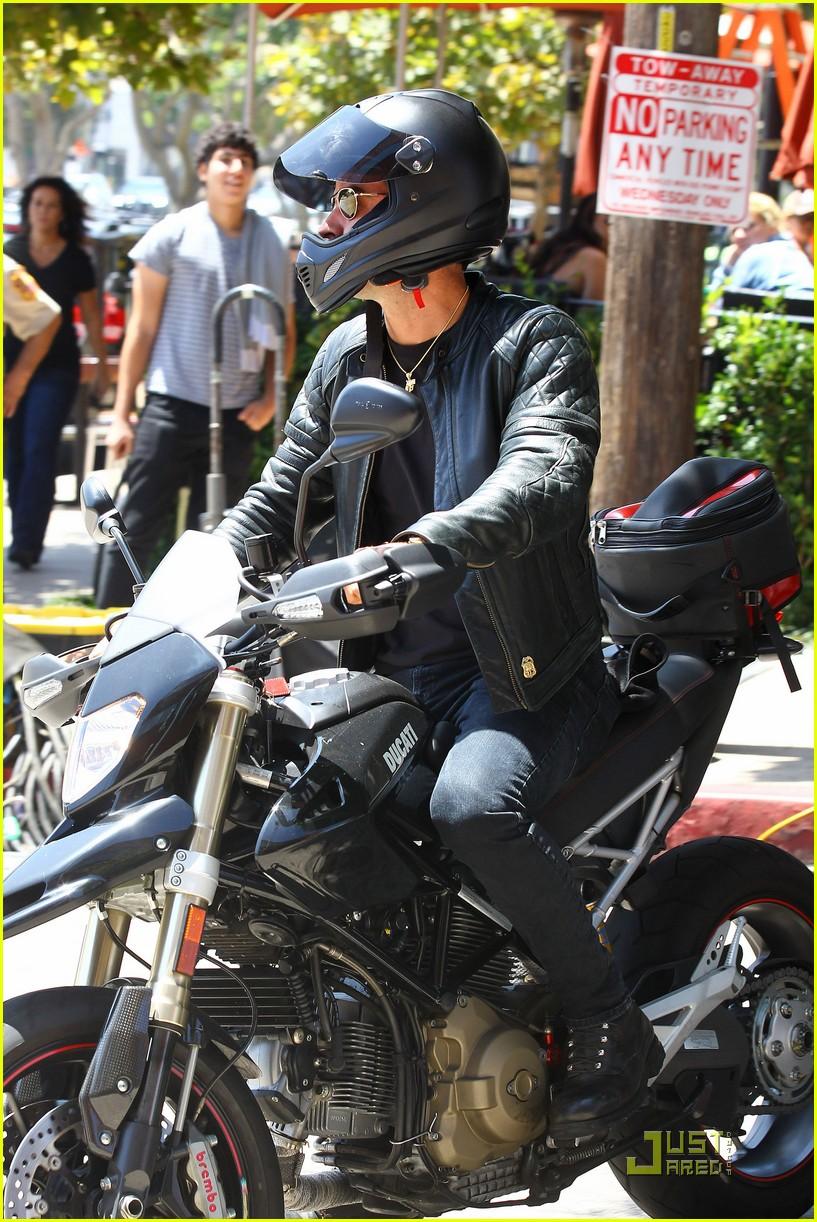 justin theroux motorcycle man 12