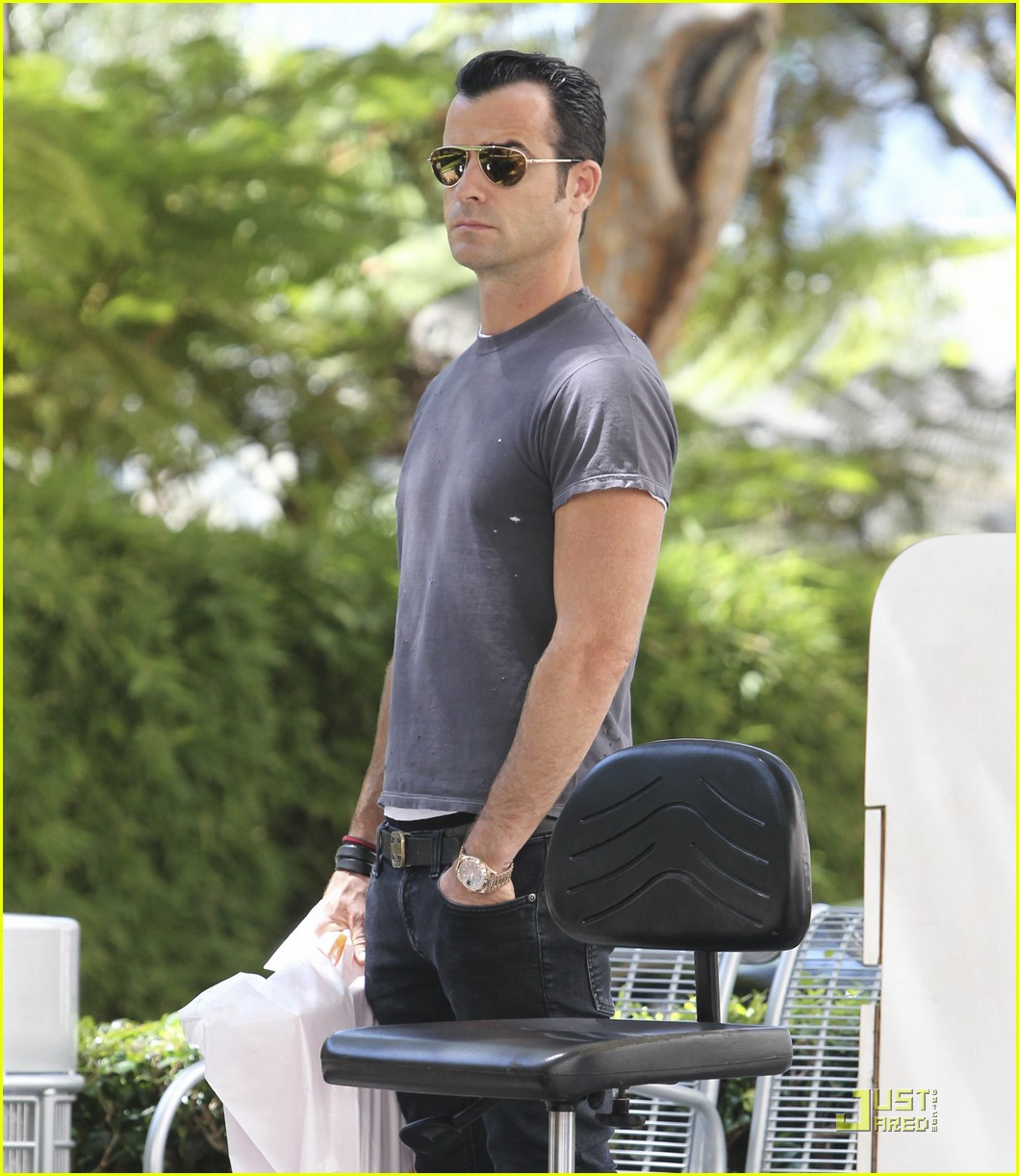 justin theroux leaves niketown 08