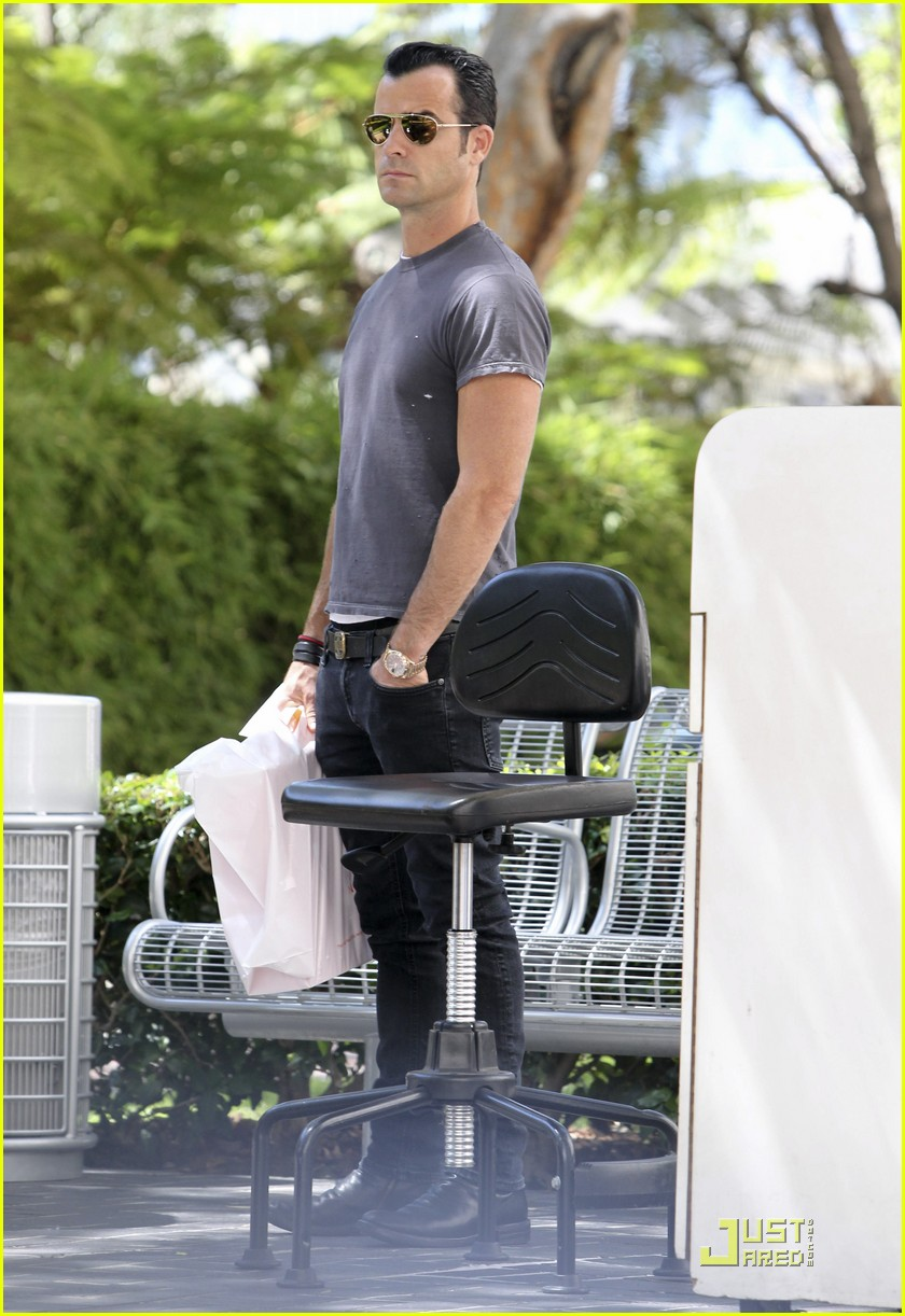 justin theroux leaves niketown 09