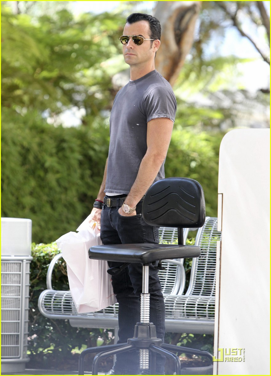 justin theroux leaves niketown 10