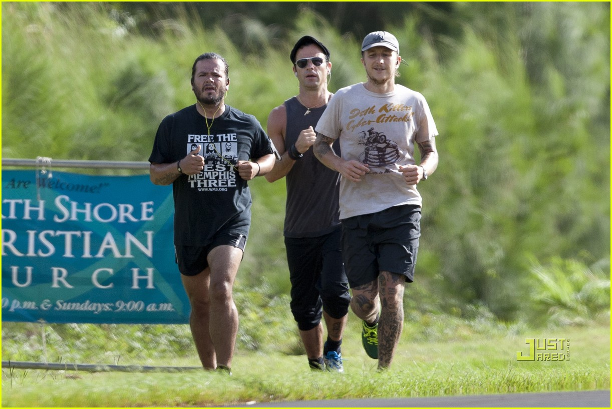 justin theroux running friends hawaii 01
