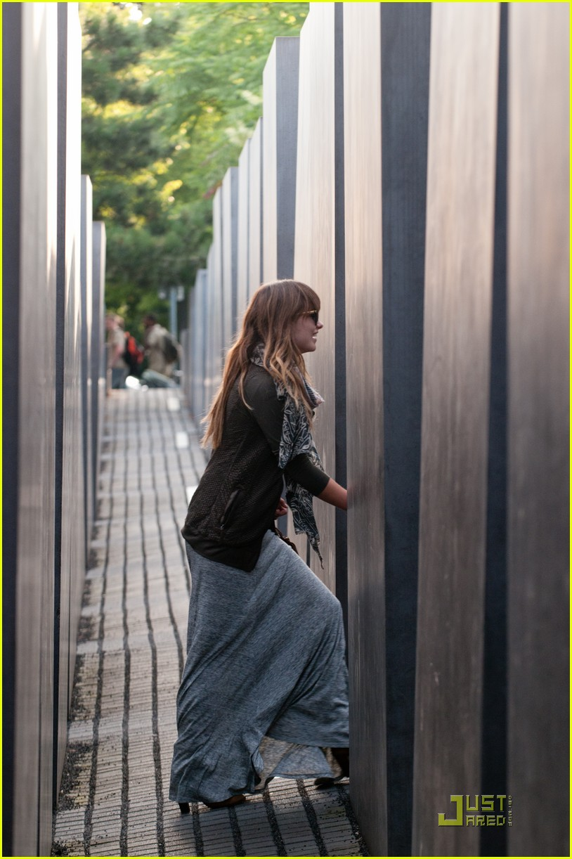 olivia wilde sightseeing berlin 10