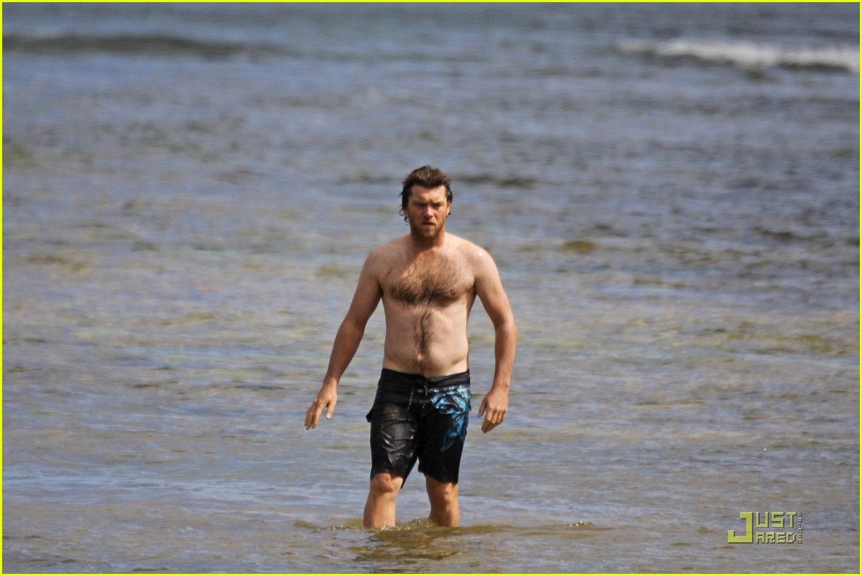sam worthington shirtless with new girlfriend 01