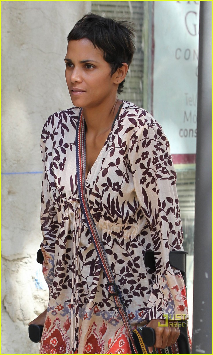 halle berry crutches nahla spain 06