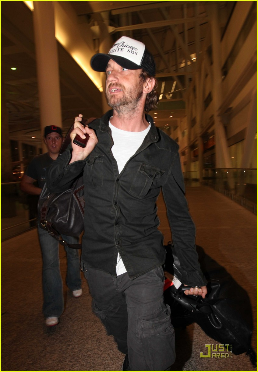 gerard butler toronto airport 02