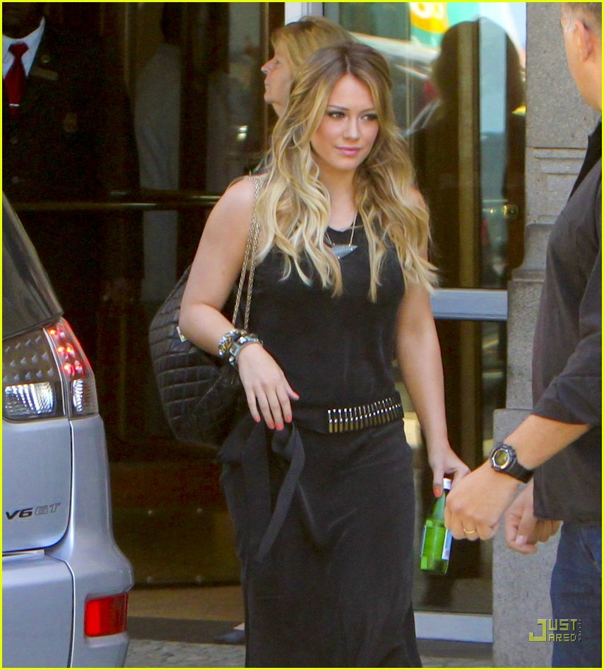 pregnant hilary duff brazil hotel 09