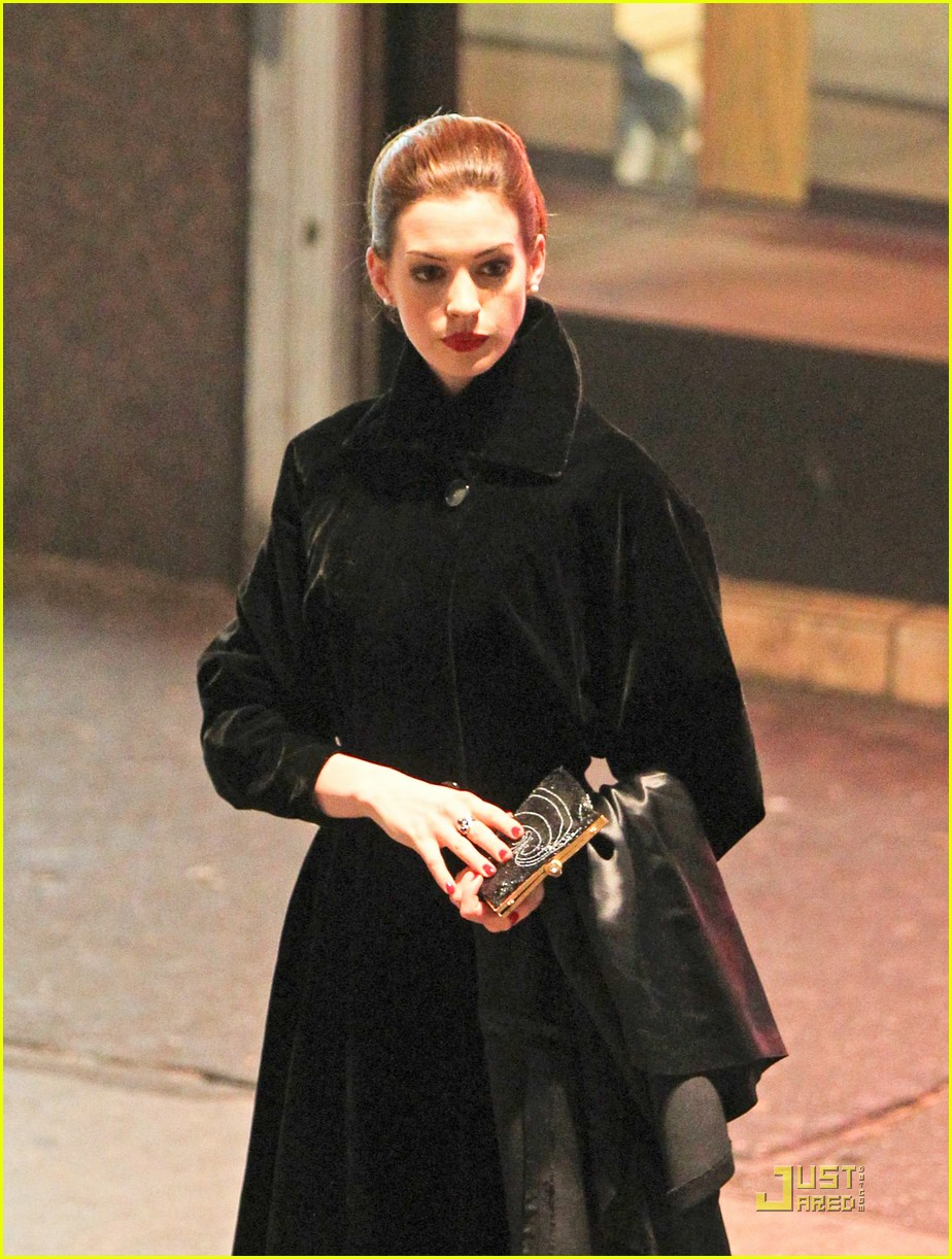 anne hathaway christian bale late night dark knight shoot 02