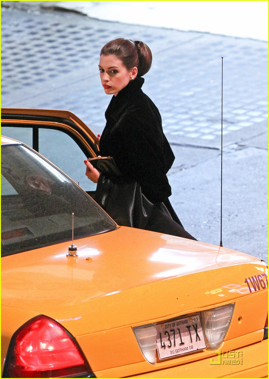 anne hathaway christian bale late night dark knight shoot 12