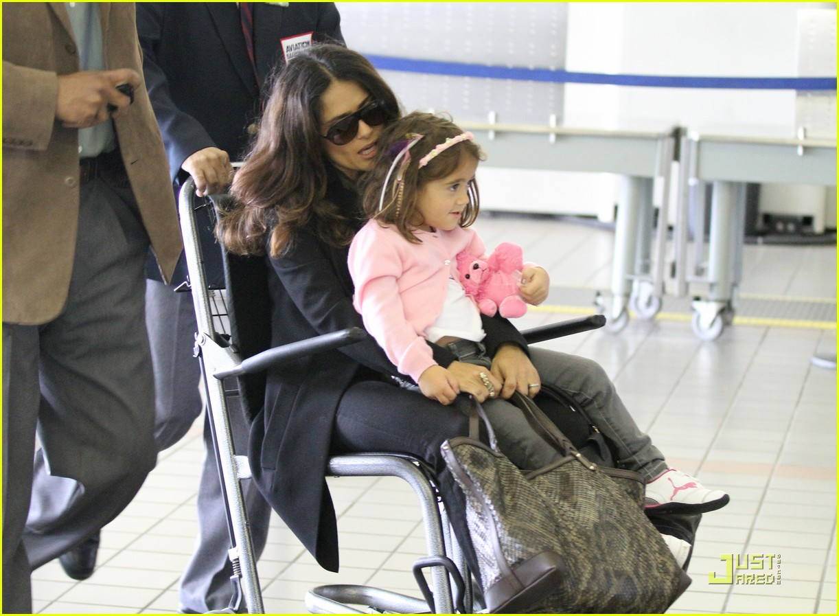 salma hayek wheelchair airport 01