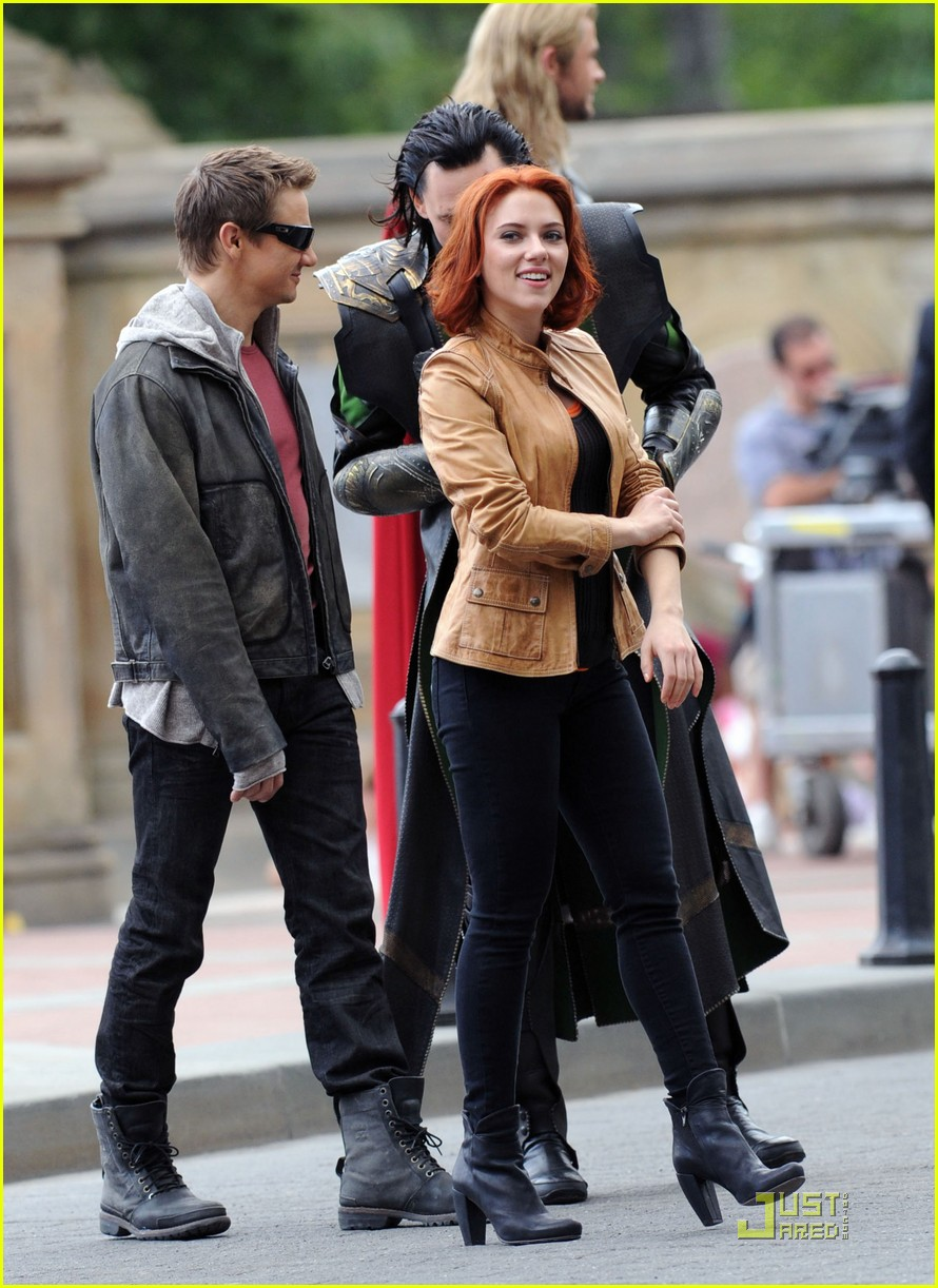 scarlett johansson chris hemsworth avengers takes over nyc 02