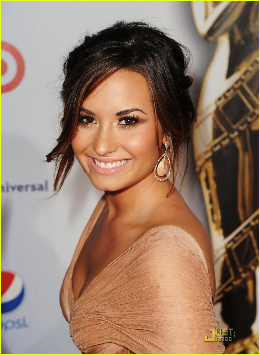 demi lovato naya rivera alma awards 2011 red carpet 022578724