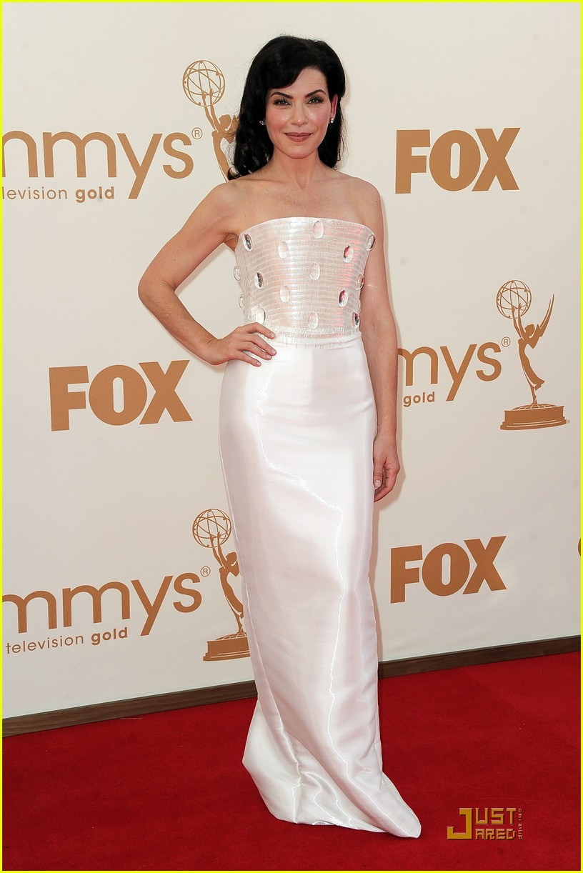 julianna margulies emmys 2011 red carpet 01
