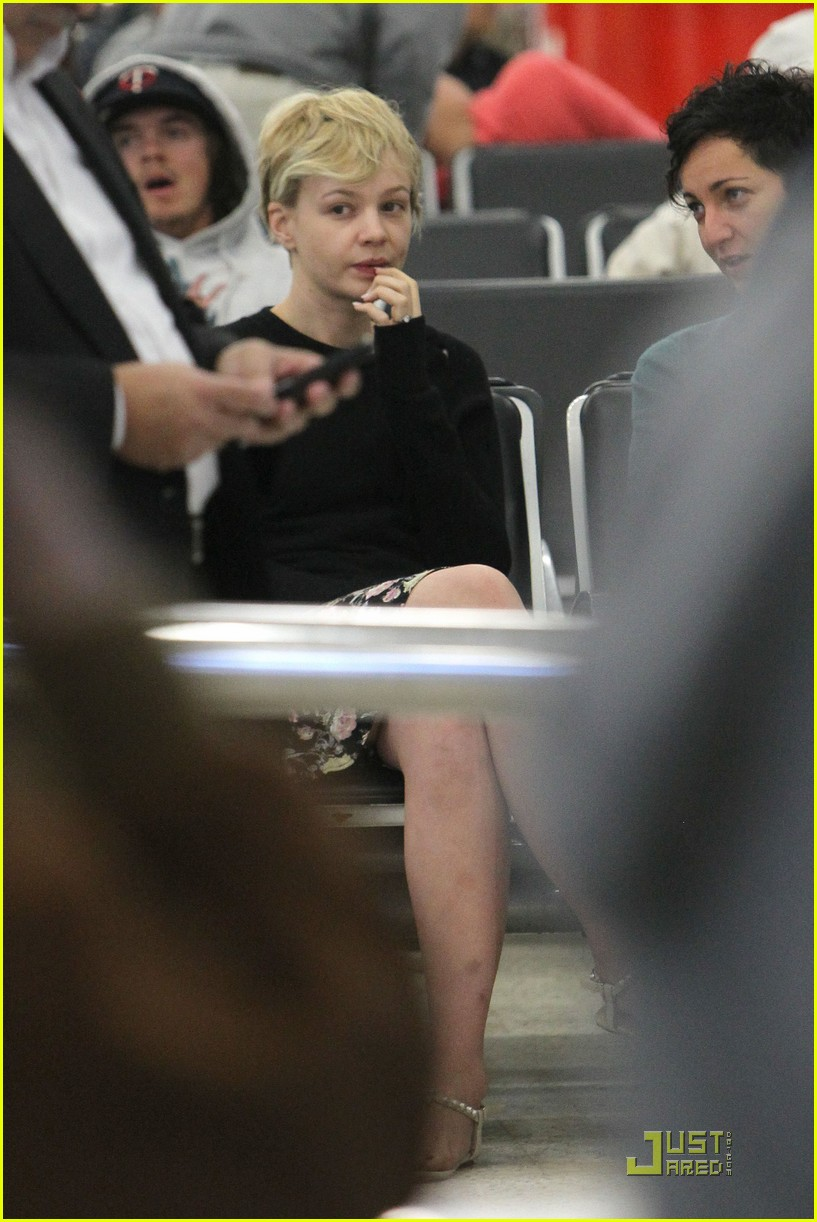 carey mulligan waits airport 02