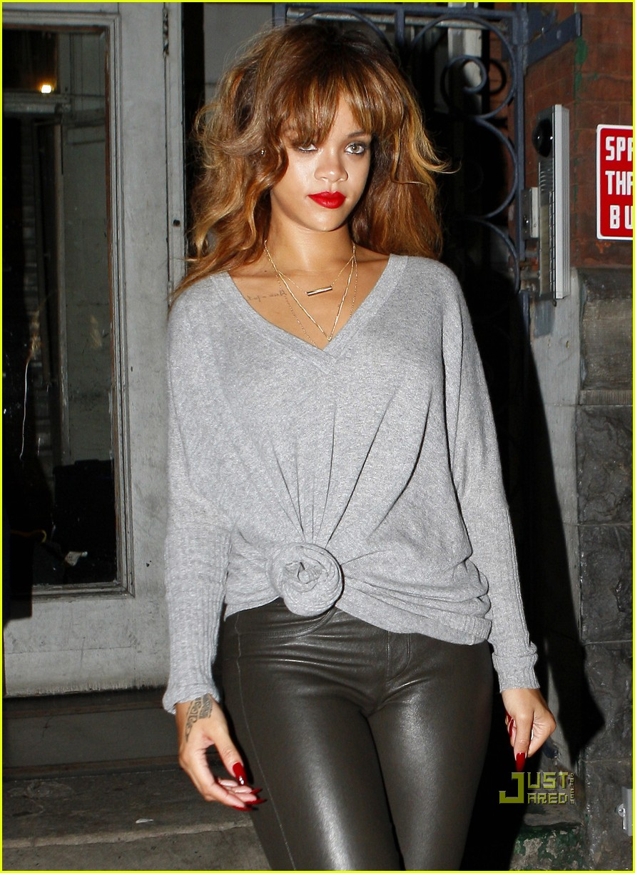 rihanna grey sweater 01