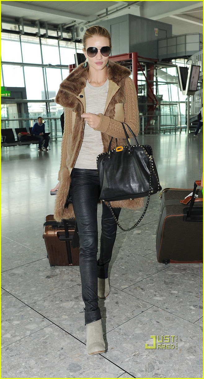 rosie huntington whiteley heathrow airport 04