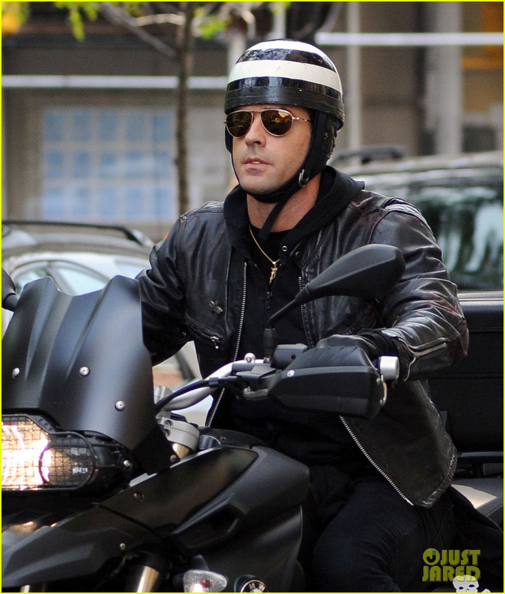 justin theroux motorcycle vandalized bologna 05