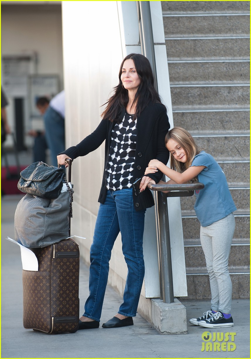 courteney cox coco airport 01