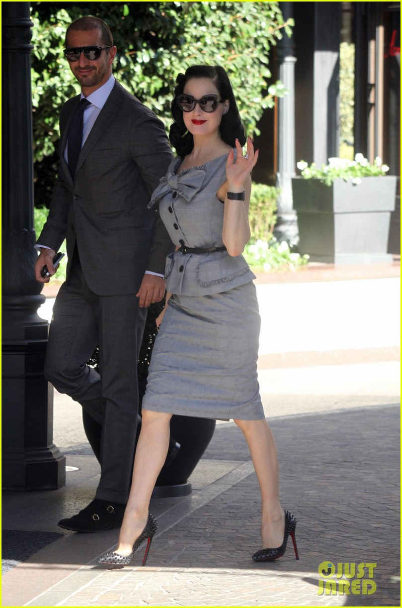 dita von teese grey dress milan 01