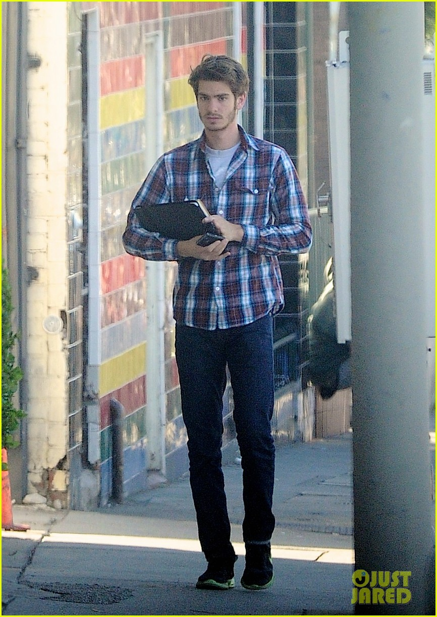 andrew garfield grabs lunch 02