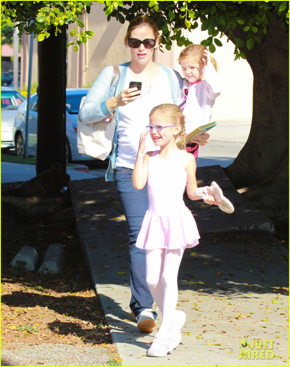 jennifer garner brings the girls to ballet class 11