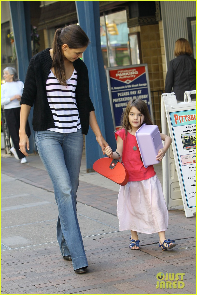 katie holmes suri visit tom cruise set 07