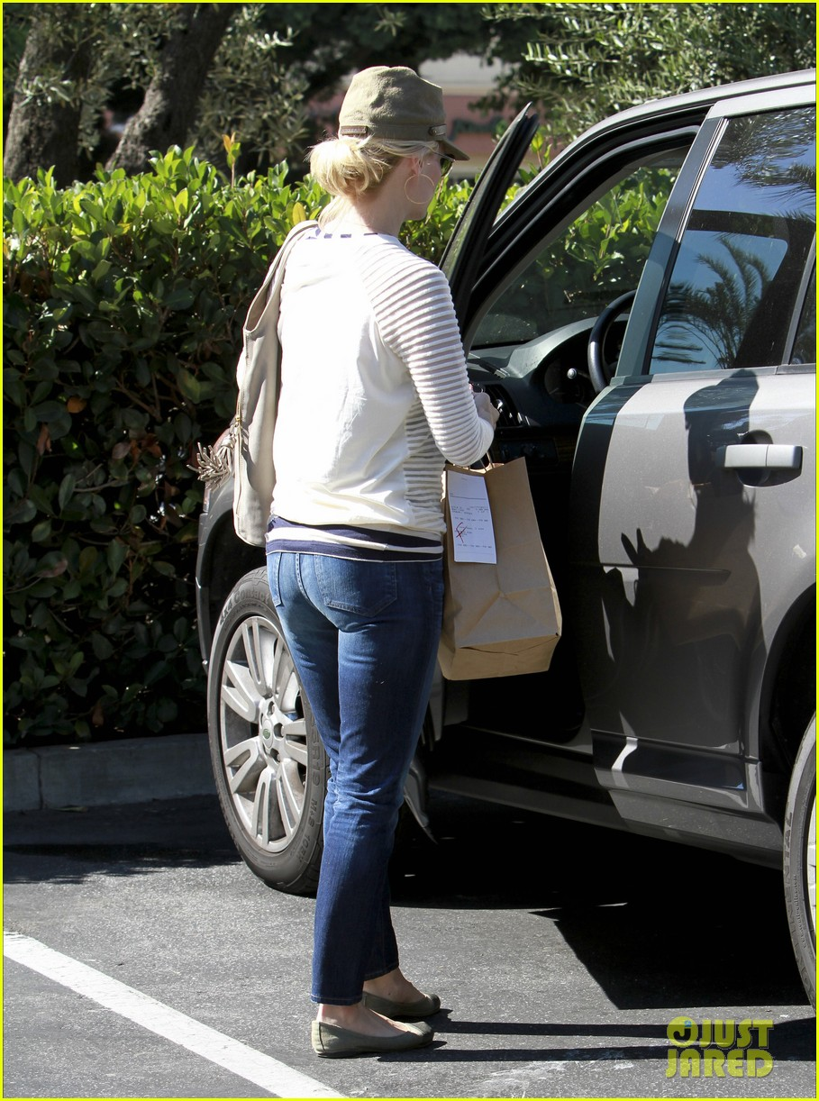 january jones picks up food 04