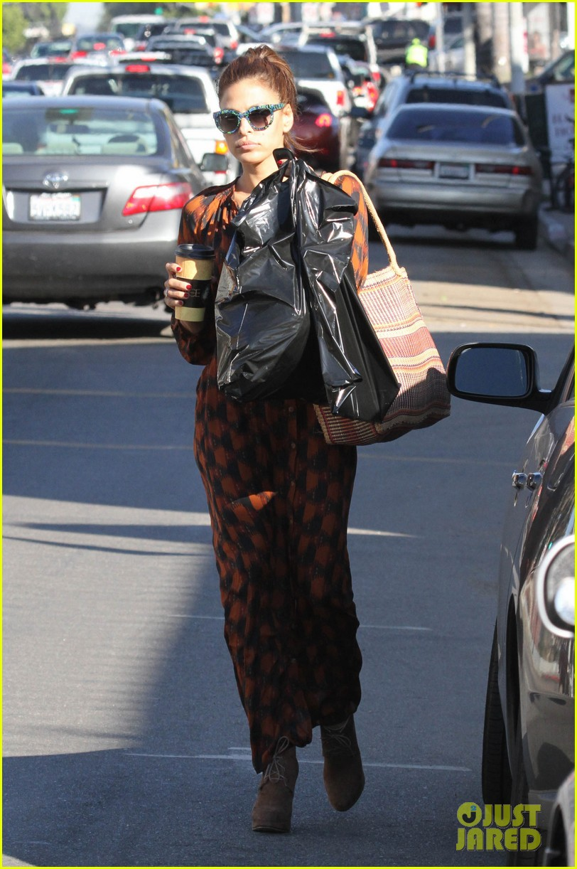 eva mendes grabs coffee 022594875