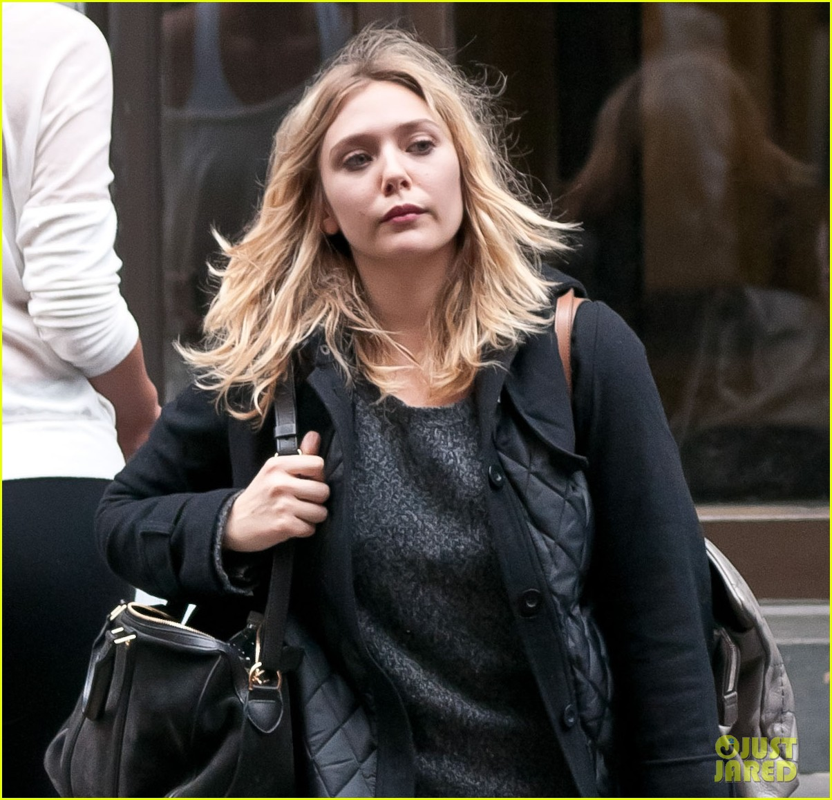 elizabeth olsen carry luggage 02