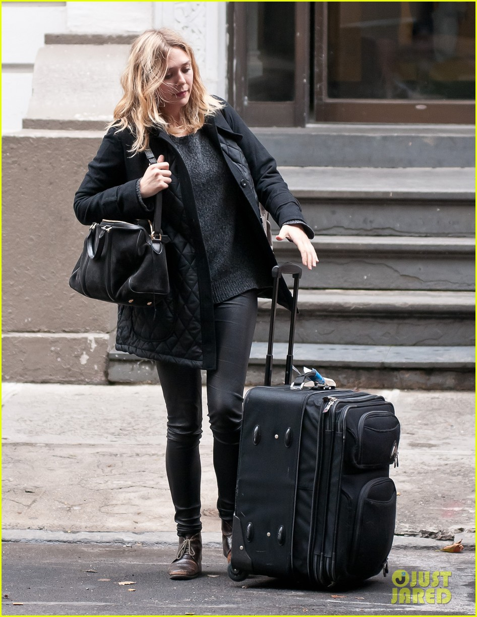 elizabeth olsen carry luggage 05