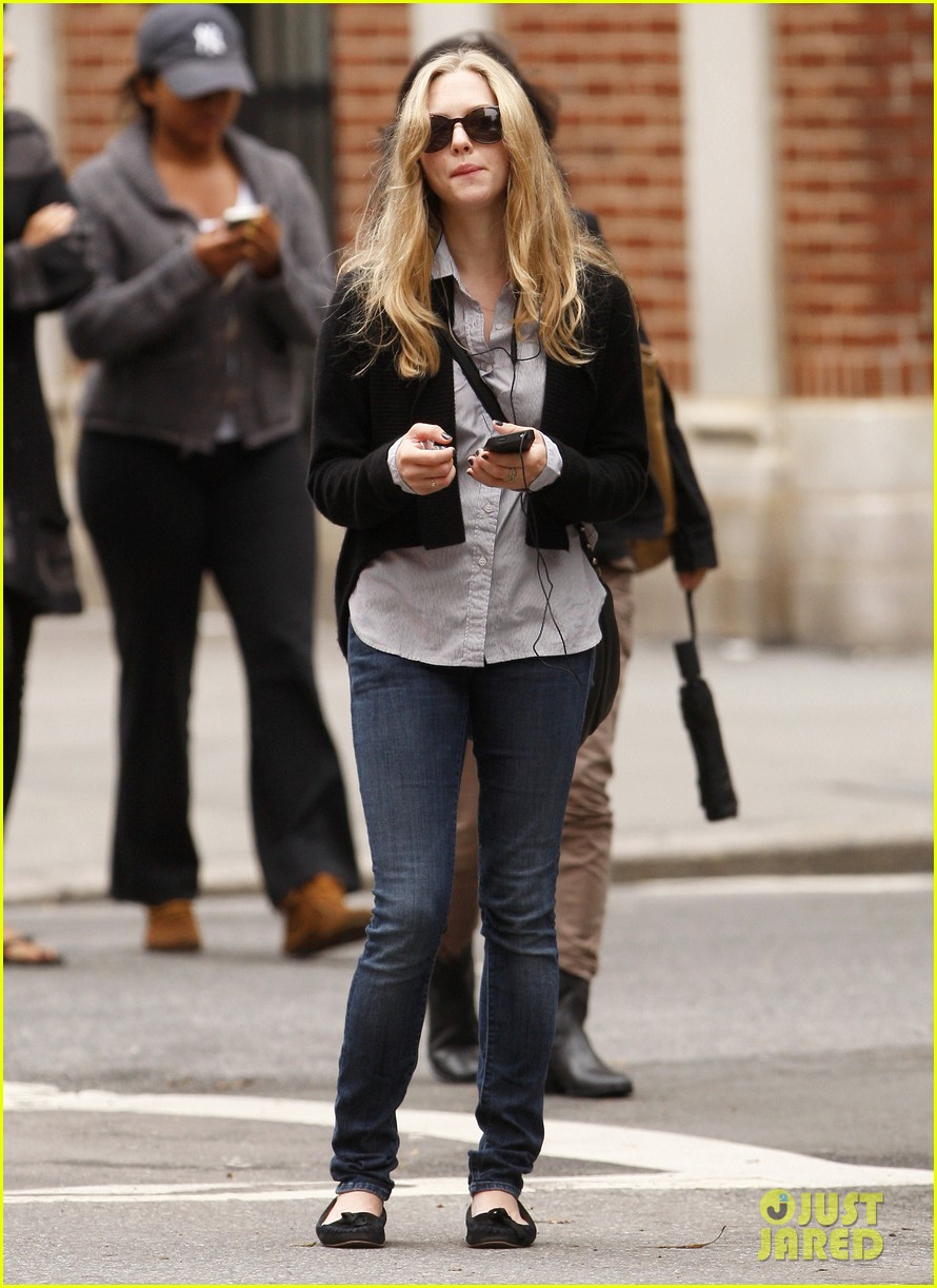 amanda seyfried nyc stroll 04