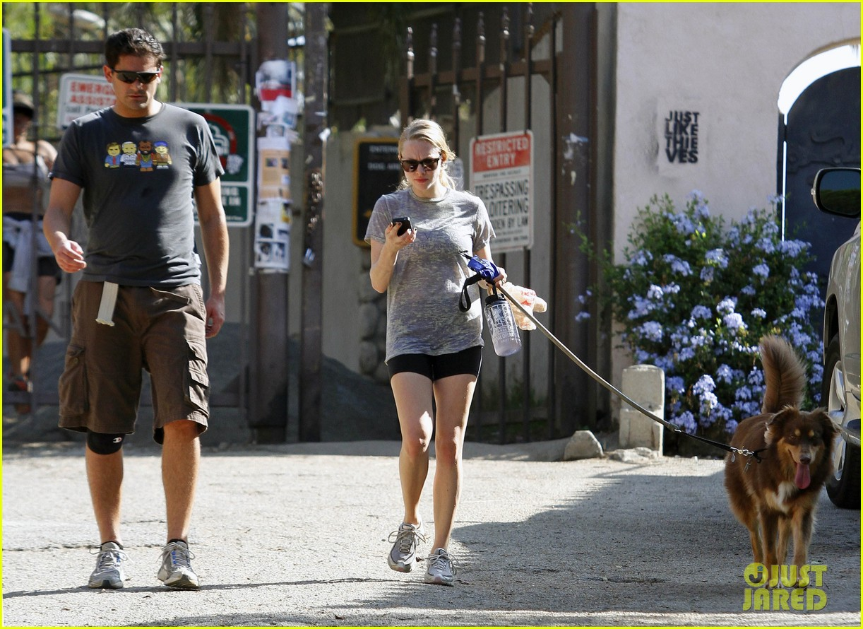 amanda seyfried dog walk friend 07