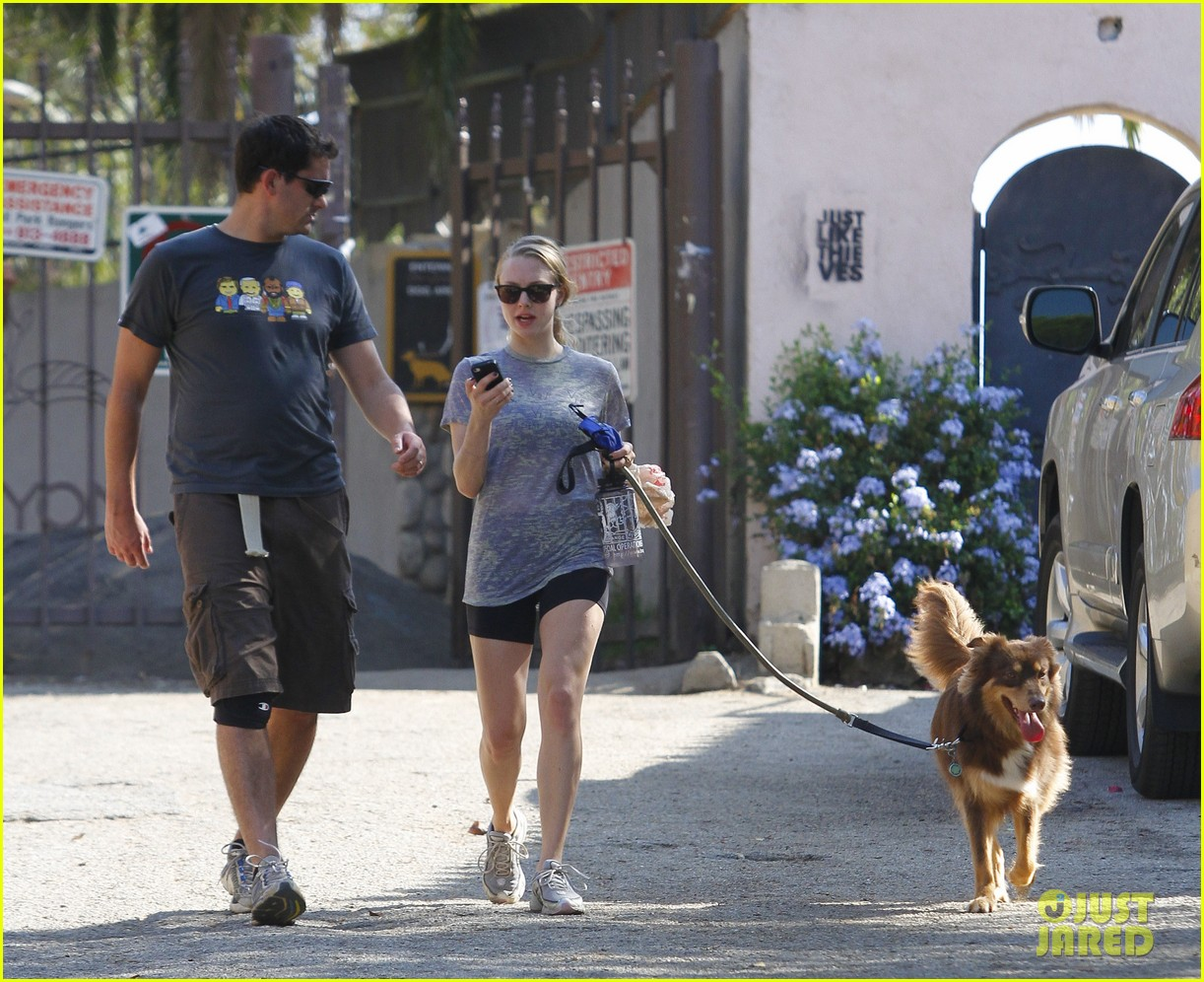 amanda seyfried dog walk friend 16
