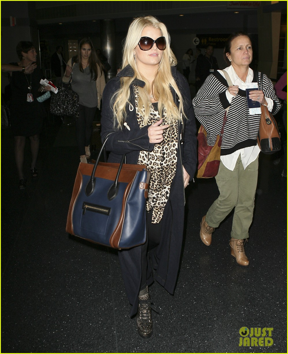 jessica simpson jfk mom 06