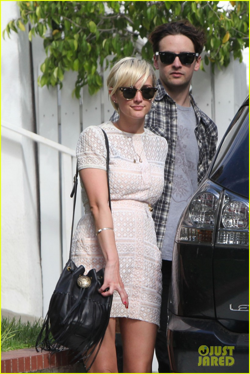 ashlee simpson vincent piazza holding hands 01